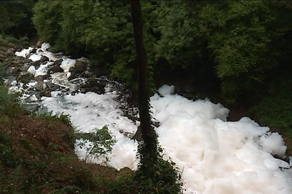 Inquiétante mousse dans les cascades de Gimel en Corrèze