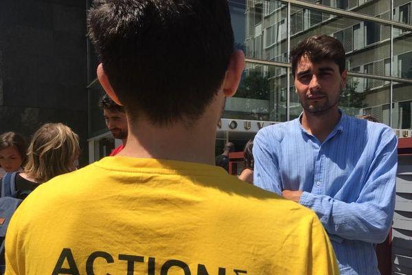 A droite, sur la photo: le prévenu, Alex Montvernay, militant écologiste et anti-publicité, ce mardi 2 juin à Lyon (Rhône).