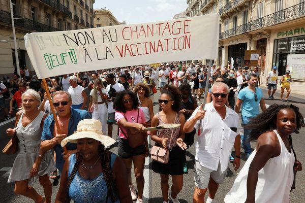 La mobilisation contre le pass sanitaire et la vaccination ne faiblit pas en région Paca, avec des manifestations attirant toujours plus de monde ces dernières semaines