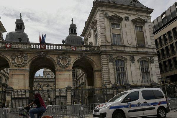 L'agression a eu lieu place de la Comédie, devant l'Hotel de ville de Lyon.