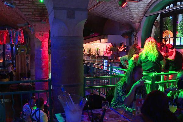 Les bars à ambiance et restaurants festifs ne sont pas interdits d'ouverture depuis la crise sanitaire