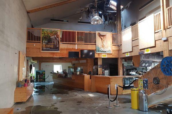 Une partie de la toiture du hall d'entrée du cinéma a été endommagée dans l'incendie.