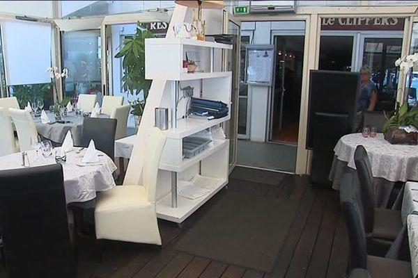 Les tables des restaurants, en pénurie de personnel pour répondre aux attentes d'un secteur qui fait une grande partie de son chiffre d'affaires en période estivale.