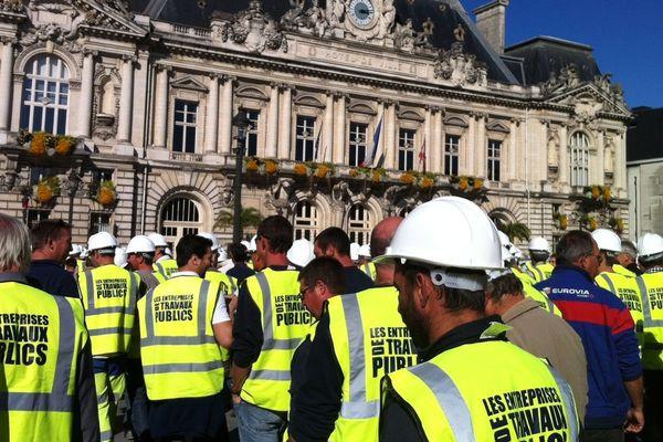 La manifestation des entreprises de travaux publics devant l'hôtel de ville à Tours.