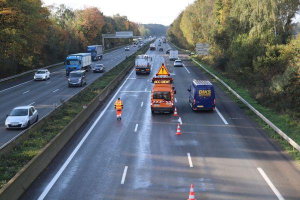 Une intervention suite à un accident sur l'autoroute A1 peu après la sortie de Lille, deux voies de circulation sont neutralisées.