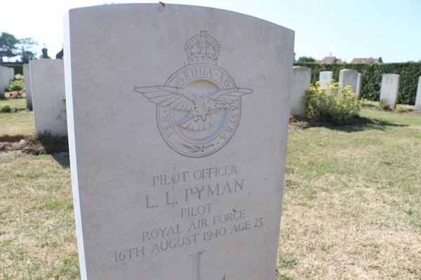 La tombe au cimetière Sud de Calais de Lawrence Pyman, un autre pilote de Spitfire, abattu le même jour qu'Henry Greenshields.