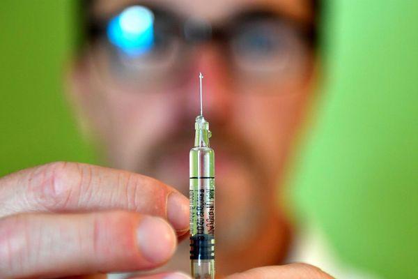 Le vaccin contre la grippe est administré par un infirmier ou un médecin.