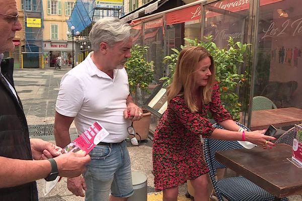 """Isabelle Drezen, créatrice du site """"safe menus"""", en démonstration devant deux restaurateurs niçois."""