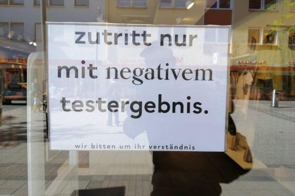 """""""Entrée uniquement avec un test négatif"""", dans une boutique d'habillement de Kehl, avant le 29 avril 2021"""
