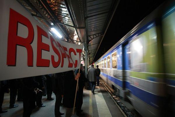 """""""Respect"""", """"Société Nationale des Coups Foireux"""", les banderoles amenées par la centaine de manifestants sur le quai A de la gare de Vichy, récemment, ont affiché la colère des habitants de l'Allier après la décision de la SNCF de supprimer les dessertes des gares du département par le train Intercité qui quitte Paris pour Clermont à 18h."""