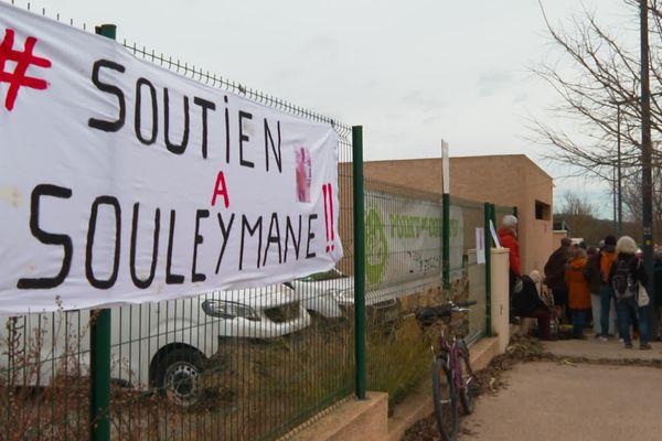 Pendant le rassemblement Souleymane ainsi que des élus ont pris la parole.