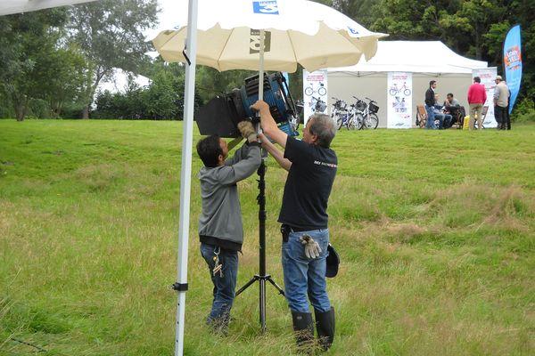 Des parasols et des parapluies pour protéger le matériel.