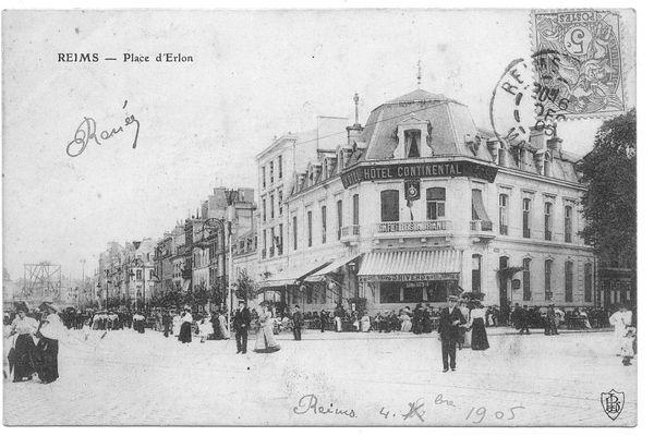 """A la """"Belle époque"""", il y avait déjà des terrasses, Place Drouet d'Erlon."""