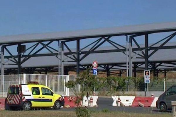 L'espace de parking de l'aire de Vendres sur l'A.9 a été transformé en parc photovoltaïque. Août 2015.