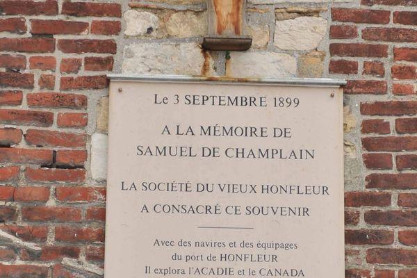 Plaque souvenir dédié à Samuel Champlain qui partira de Honfleur pour le nouveau monde et Québec.