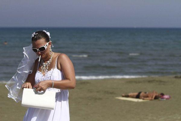 À chypre, une mariée, une plage et une clope