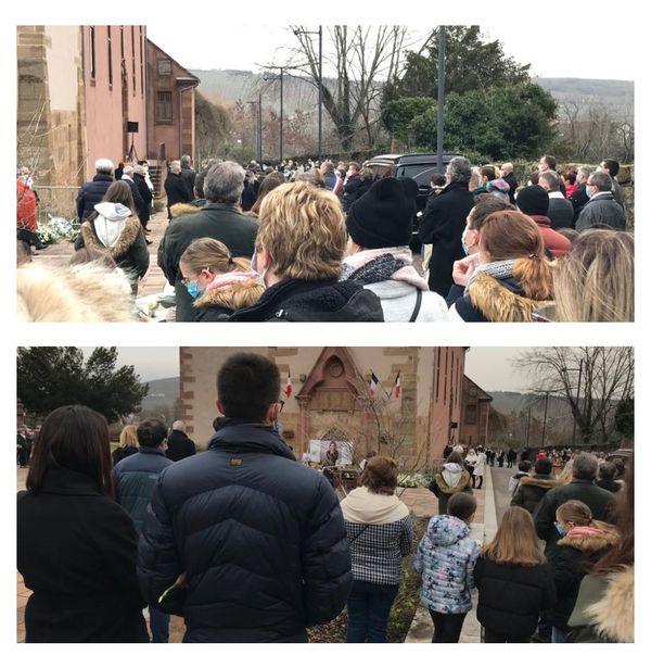 Des centaines de personnes dans et devant l'Eglise d'Orschwihr durant les funérailles d'Estelle Luce, cette mère de famille assassinée le 26 janvier