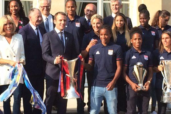 20 juin 2017- Les joueuses de l'Olympique Lyonnais victorieuses en Ligue des Champions sont reçues à l'Elysée. Elles portent fièrement, aux côtés d'Emmanuel Macron, leurs trois trophées obtenus en Championnat de France, Coupe de France et Ligue des Champions