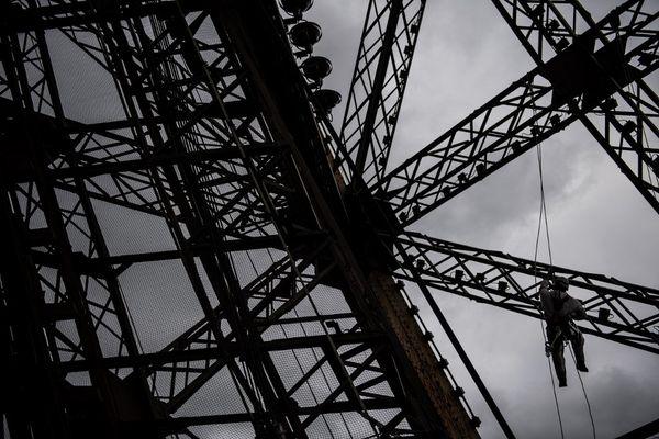 Des techniciens sur le chantier de peinture de la Tour Eiffel début février.