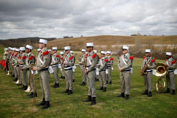 Emmanuel Macron a été accueilli en fanfare par les musiciens du 4e régiment de la légion étrangère au centre d'entraînement de la ferme du Cuin, à Saint-Gauderic, dans l'Aude.