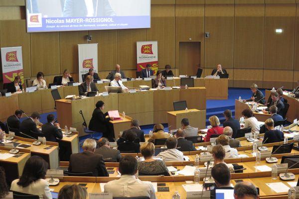 Photo de l'assemblée Régionale où siège, l'élu incarcéré : Robert Retout, 76 ans, élu RN de la Manche
