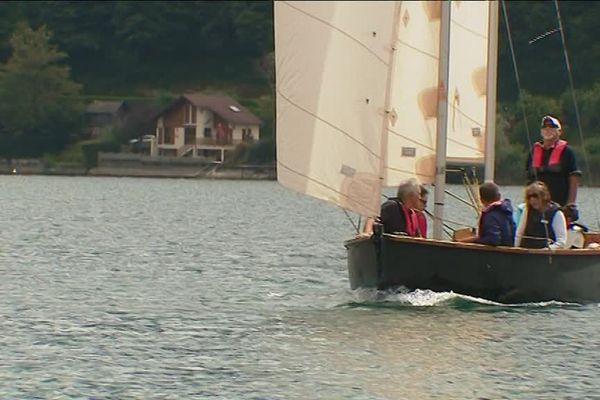La baleinière emmène les visiteurs à la découverte du patrimoine du lac de Paladru.