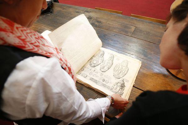 Dans la réserve de la bibliothèque d'Ajaccio, l'un des sept exemplaires du Thesaurum Hyeroglyphicorum (1610) a été découvert.