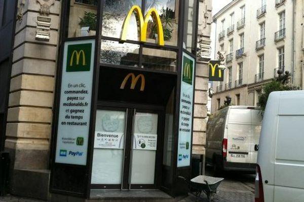 Le MacDonald's de la place du Commerce fermé temporairement depuis jeudi.