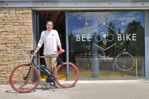 Dans son atelier Beebike à Nantes, Jean-Christophe Da Silva propose de passer votre vélo classique en mode électrique. Il l'a fait sur son propre Peugeot.