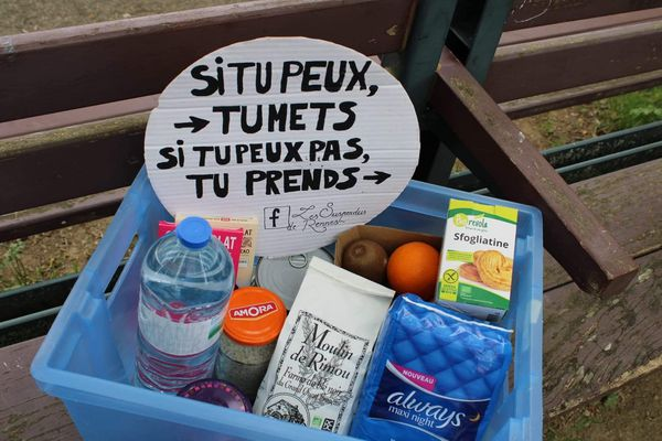 Alimentation, hygiène, lecture : un panier suspendu à Rennes