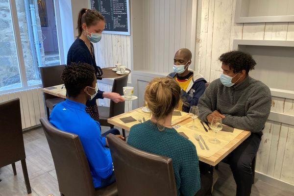 Des demandeurs d'emploi se forment au service à table, à Vannes.