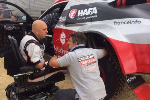 Philippe Croizon au volant de sa voiture qui a été adaptée à son handicap.