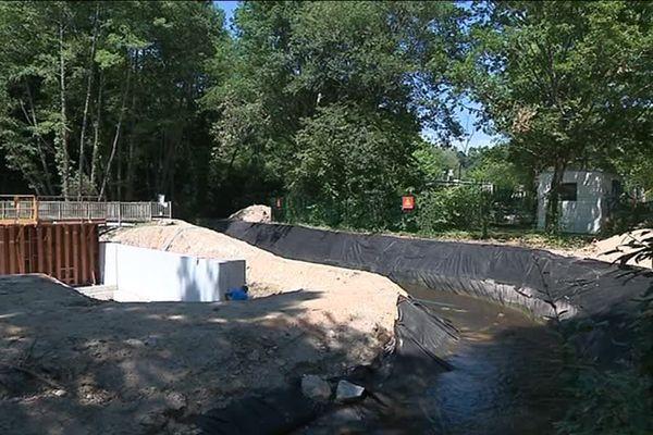 Les travaux consistent notamment à séparer le lac de la rivière.