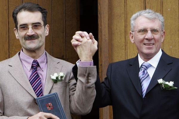 Premier couple pacsé de France, Dominique et Francis se sont ensuite mariés en 2006 en Belgique, sept ans avant l'ouverture du mariage aux couples de même sexe en France.