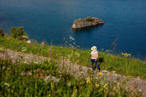 Une promeneuse autour du lac de Roselend à Beaufort en Savoie. (Illustration)