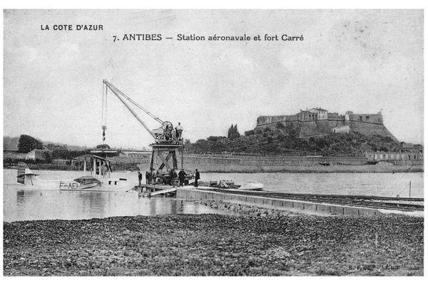 L'hydrobase d'Antibes et sa petite grue en bois. 1920-1923.