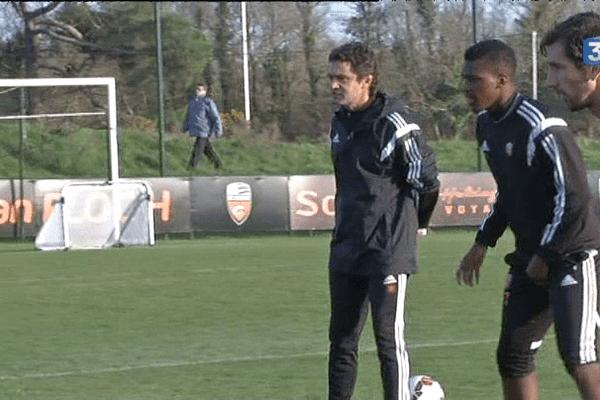 Sylvain Ripoll mène l'entraînement du FC Lorient.