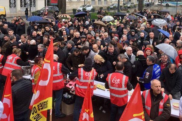 Le rassemblement de soutien aux salariés des Fonderies ce mercredi midi à Châtellerault.