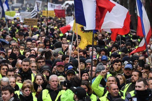 """Les """"gilets jaunes"""" lors de la 9e semaine de mobilisation à Lille."""