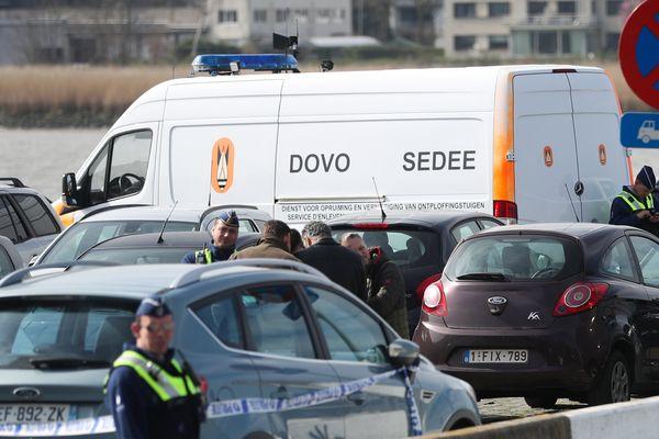 Les forces de l'ordre sur les quais de l'Escaut où le véhicule a été immobilisé.