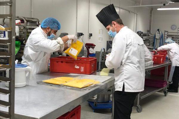 Le chef David Gueblé chapeaute la confection des soupes, selon les recettes de quatre chefs étoilés