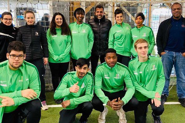 Les 8 jeunes stagiaires posent avec leur coaches et leur parrain, le footballeur Sonny Anderson