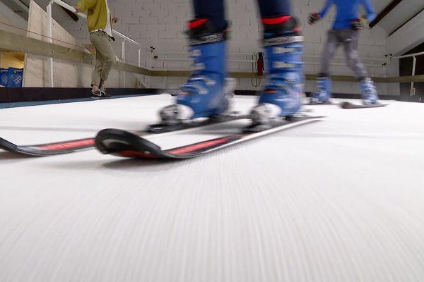 Dans la salle de ski indoor de Passy, les jeunes skieurs s'entraînent sur un tapis mouvant.