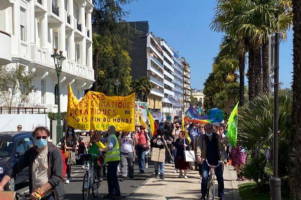 Le cortège de la marche pour une vraie loi climat boulevard des Pyrénées, à Pau, dans les Pyrénées-Atlantiques.