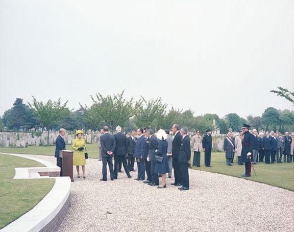 La Reine au cimetière militaire britannique Saint-Sever où reposent 11 000 soldats