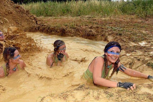 Le bain de boue collectif, l'une des attractions phares de cette course déjantée.