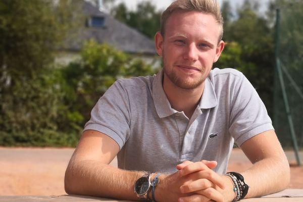 Ludovic Morlat, 20 ans, arbitre A3 de tennis, l'un des plus jeunes en France. Le malouin officie sur des compétitions nationales et internationales.