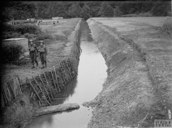 Un fossé anti-chars à Farnham (Surrey, sud de l'Angleterre), le 24 juillet 1940.