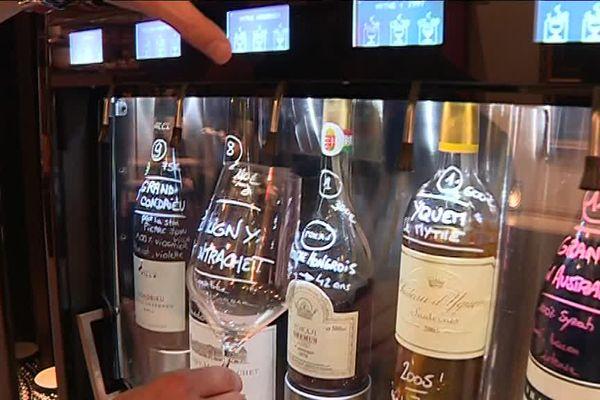 Le client peut déguster des vins au verre.