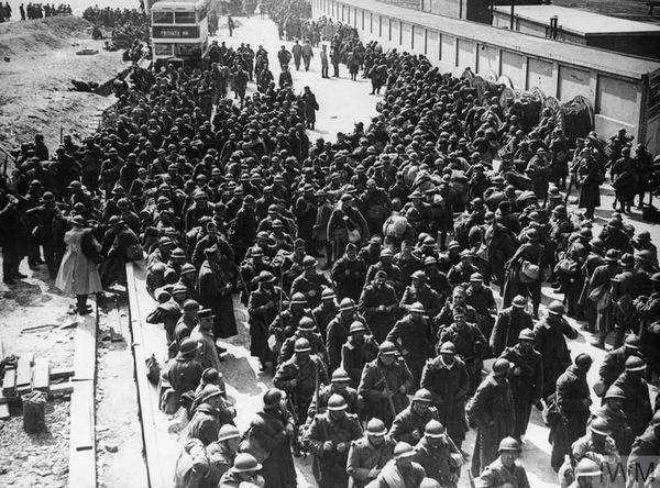 Des troupes françaises débarquées en Angleterre après leur évacuation de Dunkerque.